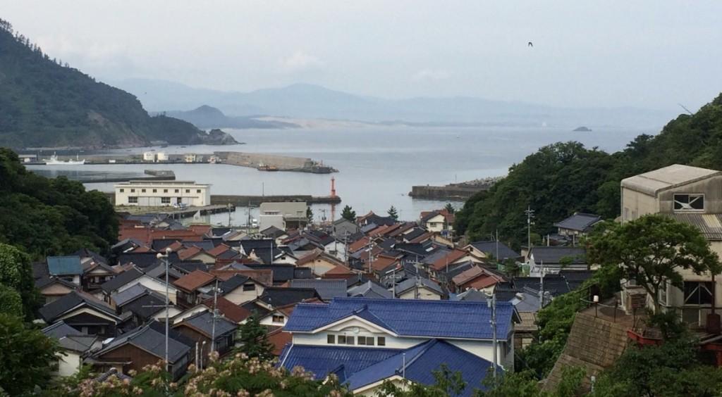 翠が住んだ僧堂側から見下ろした網代漁港。向こうに砂丘が見える。