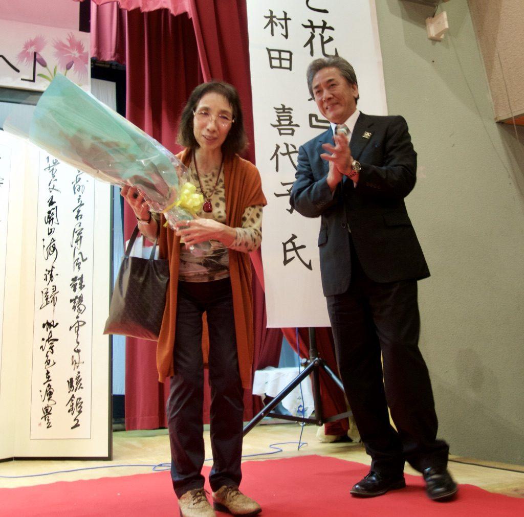 講演を終えた村田さんに、花束を渡す榎本町長。