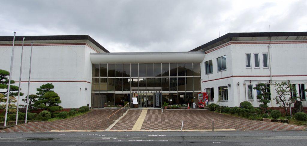 メイン会場となった岩美町中央公民館。町立図書館も併設されている。