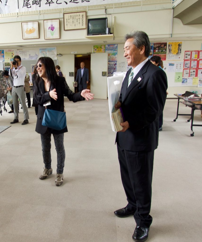 ツアー参加者を前に、榎本町長と、今回はイベントのディレクターを務めた浜野監督。