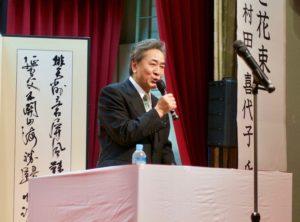 榎本町長の挨拶。98年のロケ前年に町長に就任した。
